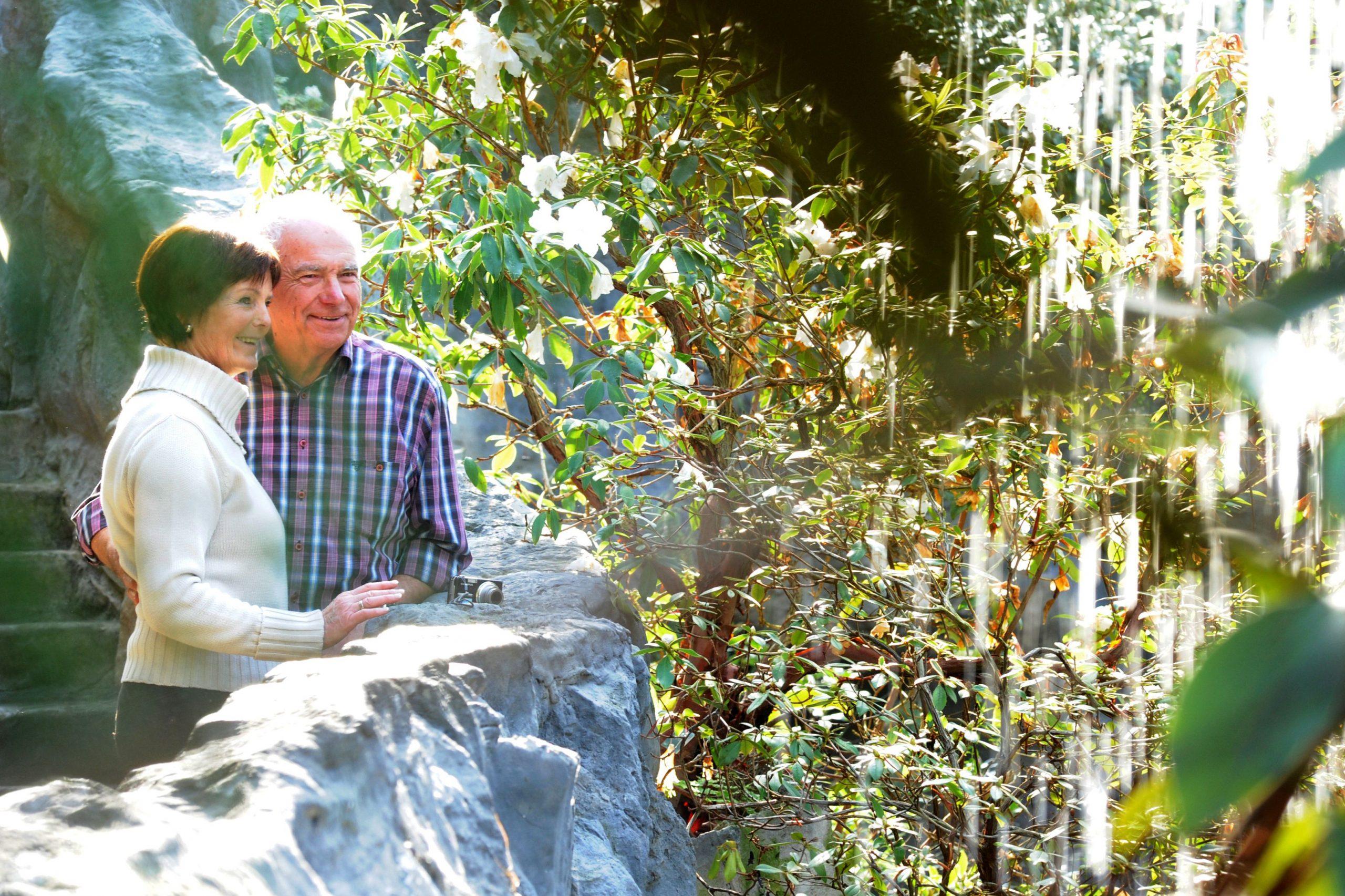 Zwei Personen stehen lächelnd in der Botanika Bremen.