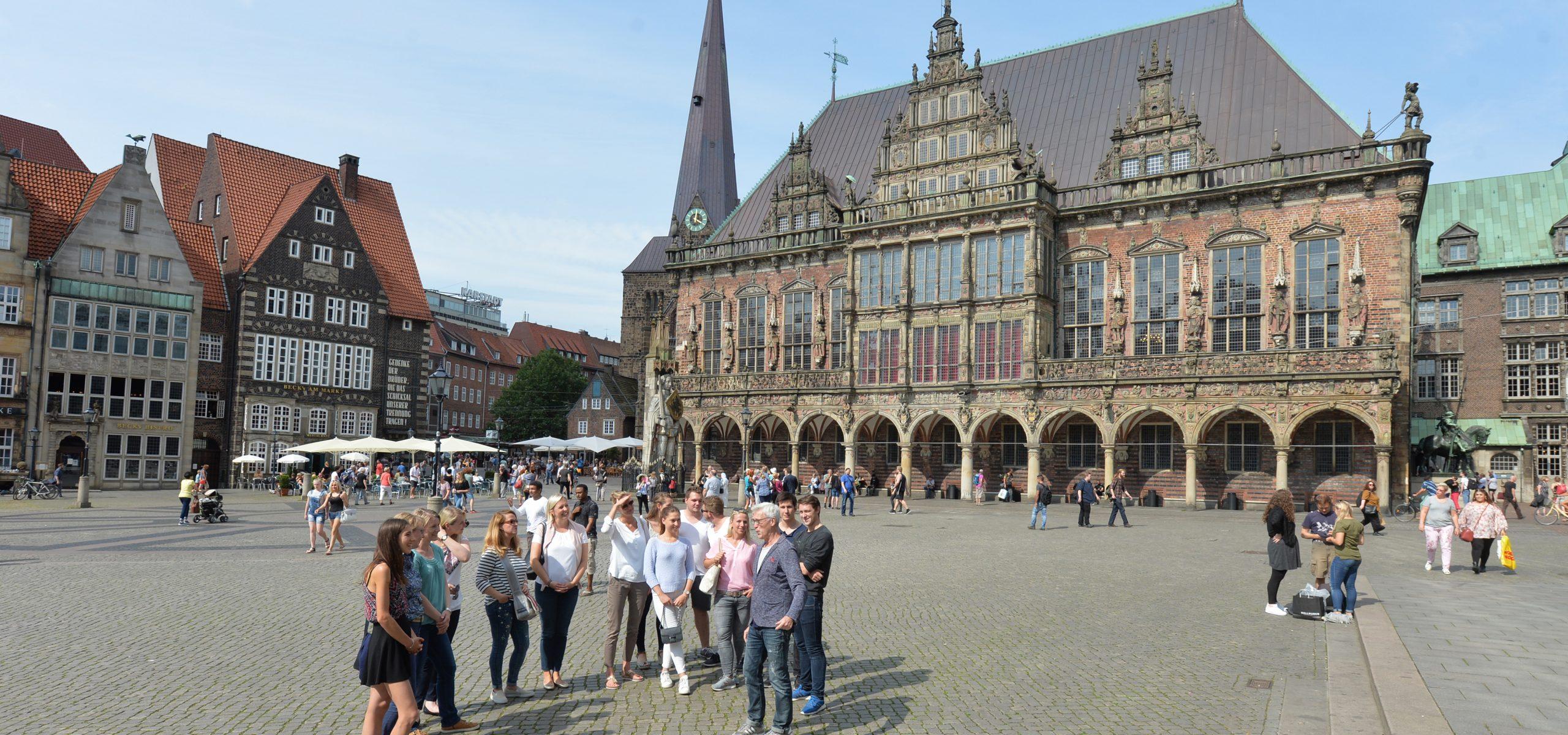Eine Personengruppe zur Führung über den Bremer Marktplatz.