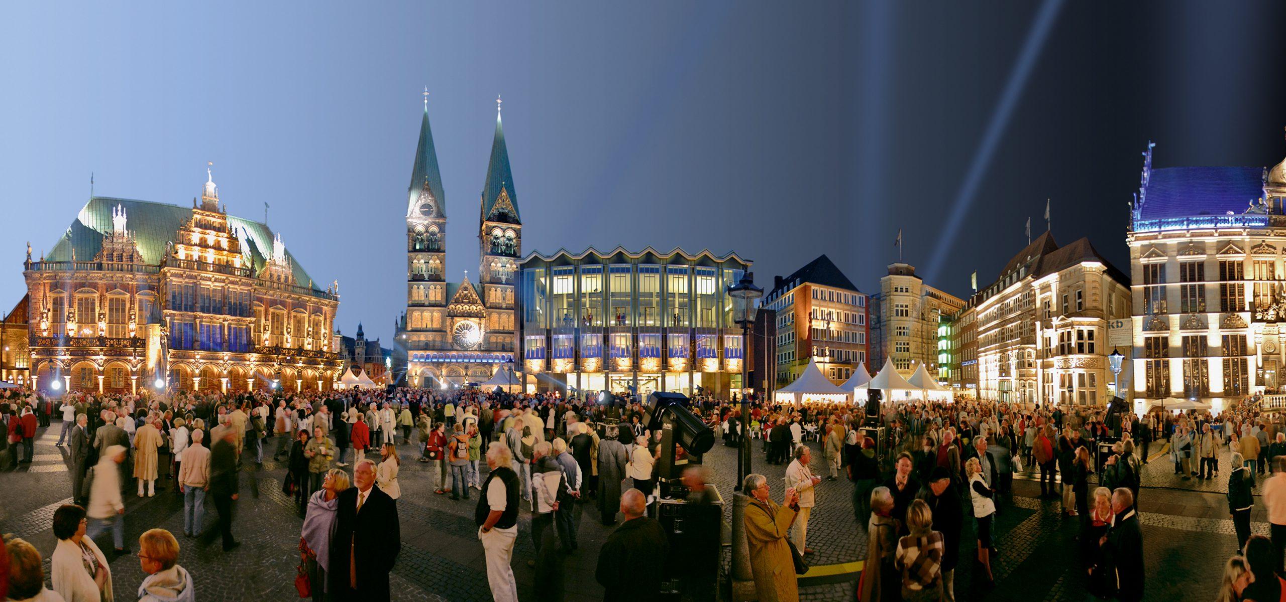 Der Bremer Marktplatz bei Nacht.