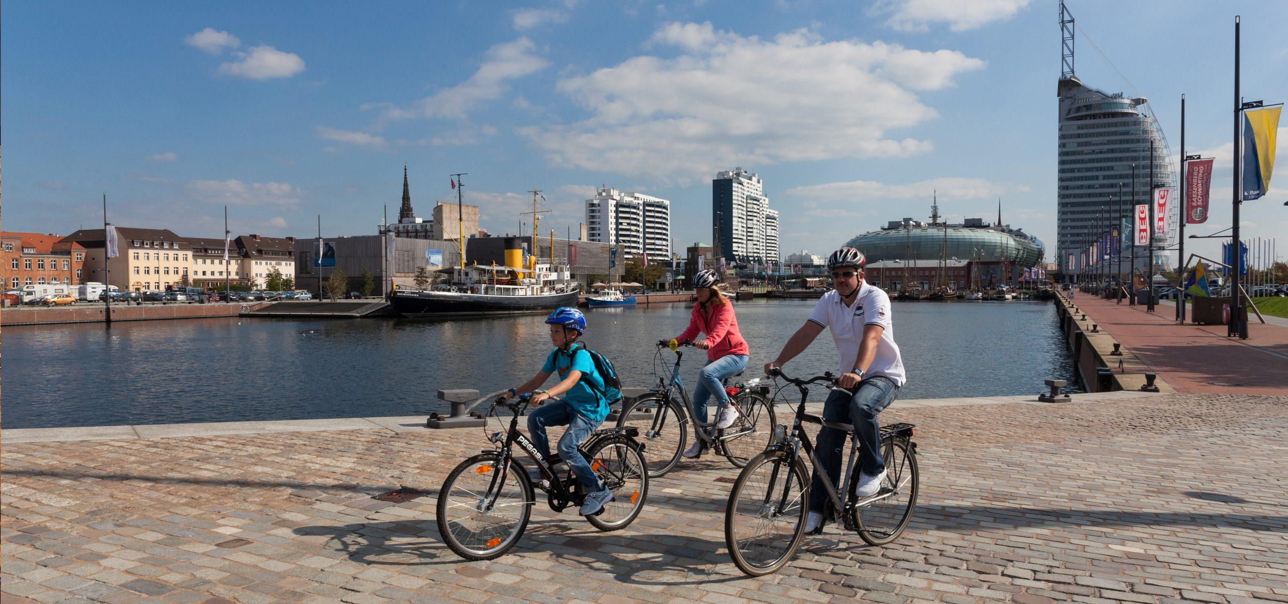 Drei Personen fahren auf dem Fahrrad.