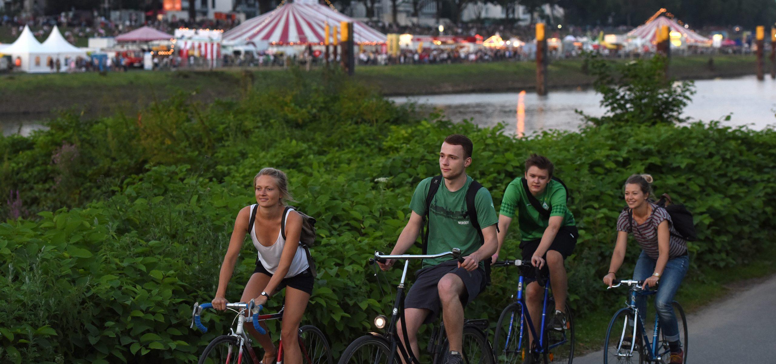 Vier Personen fahren auf dem Fahrrad.
