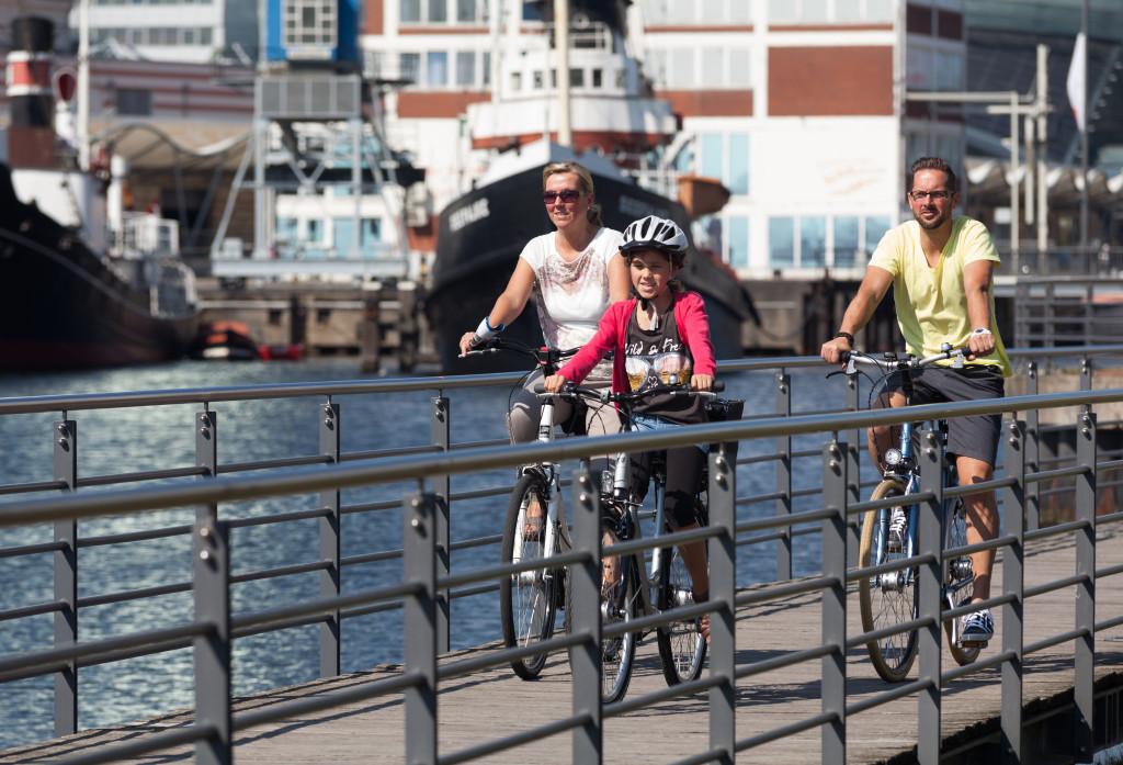 Drei Personen fahren Fahrrad in Bremerhaven.